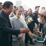 威士特丹號乘客確診前 柬總理迎接未戴口罩  川普還推文致謝