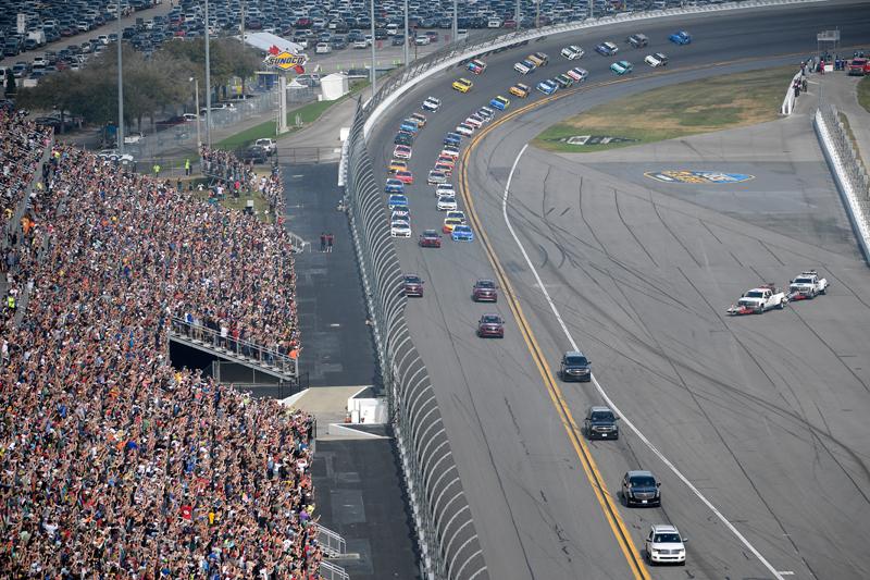 總統座車「野獸」16日在佛州岱通納500賽車競賽,擔任開始前引導車,繞場一圈,數以萬計的賽車迷,全場歡聲雷動,大呼過癮。美聯社