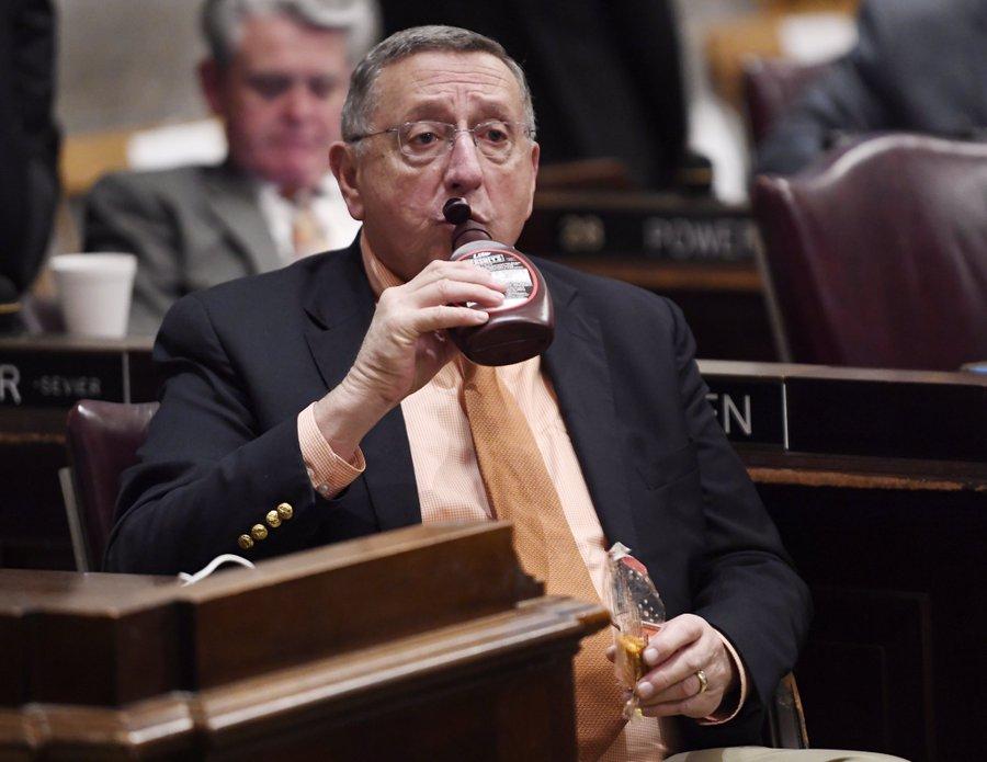 田納西州共和黨議員肯特‧卡菲爾開會到一半突然拿出巧克力醬豪飲,成為網路話題。(取自Natalie Alison Twitter)