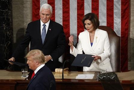 總統川普(左下)4日到國會發表國情咨文,眾議院議長波洛西(右)向他伸出手,但川普並沒有跟她握手。(美聯社)