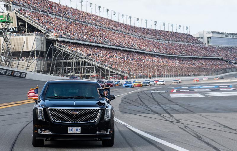 總統座車「野獸」16日在佛州岱通納500賽車競賽,擔任開始前引導車,繞場一圈,數以萬計的賽車迷,全場歡聲雷動,大呼過癮。Getty Images