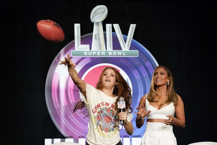 今年中場表演的兩位明星是珍妮佛洛佩茲(Jennifer Lopez)和夏奇拉(Shakira)。(美聯社)