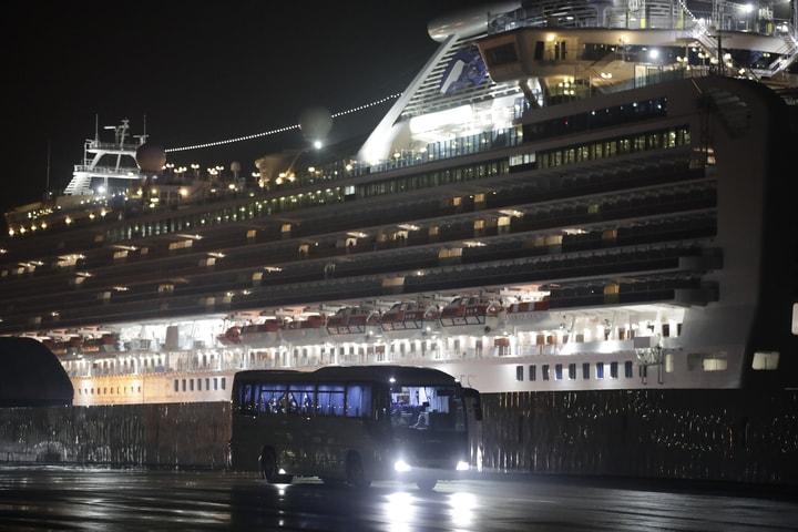 停泊在橫濱港的「鑽石公主號」郵輪,15日新增67宗新冠肺炎確診病例,其中38人沒有任何症狀。(美聯社)