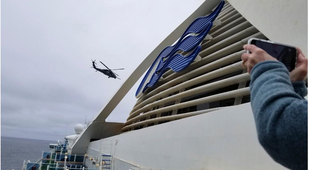 至尊公主號有一名旅客死於新冠肺炎,美國海岸防衛隊(U.S. Coast Guard)派直升機,以繩索將病毒檢測盒送到950呎舊金山外海的郵輪。(美聯社)