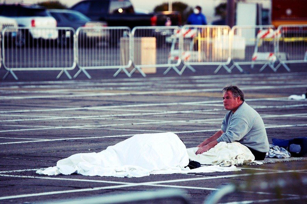 根據拉斯維加斯當地媒體,停車場收容所將開放至4月6日,美國天主教慈善會收容所重新開放為止,於每晚6點到翌日早上8點收容街友過夜。 路透