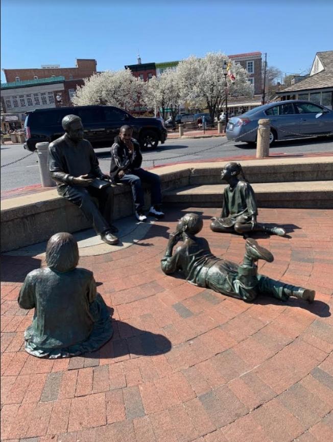 小鎮的歷史雕塑。