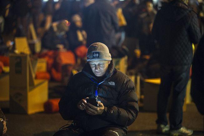 手機螢幕發出的藍光,會嚴重影響睡眠品質。(Getty Images)