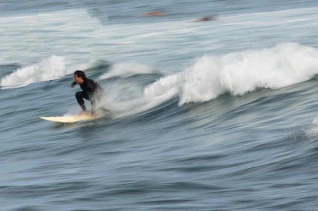 遊客在海邊衝浪。(圖:作者提供)