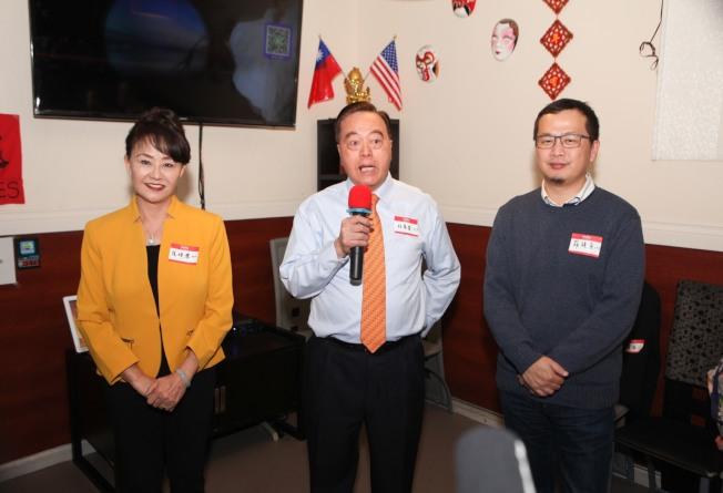 台北市議員羅智強(右)訪美15場演說的第七站,日前在拉斯維加斯舉行,拉斯維加斯台灣同鄉聯誼會會長林萬發(中)向會員介紹,說羅智強是中華民國的希望。(記者馮鳴台╱攝影)