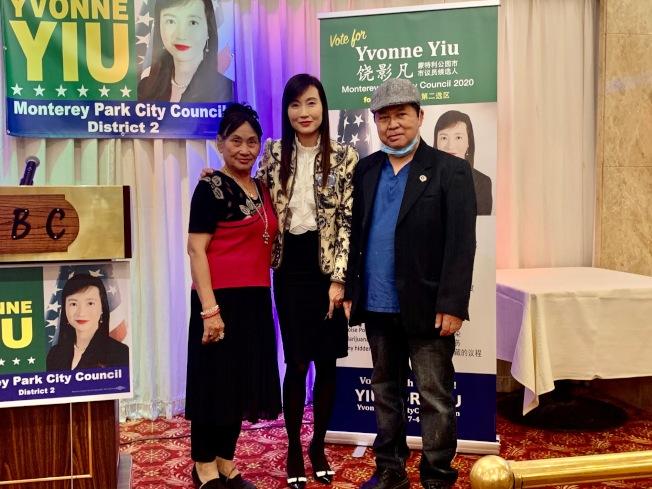 蒙特利公園市市議員候選人饒影凡(Yvonne Yiu,中)日前舉辦募款餐會,吸引數百人出席。圖為饒影凡和她的支持者合影。(記者張宏╱攝影)