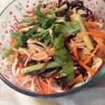 雞腿二吃:雞湯蔬菜麵與涼拌雞絲
