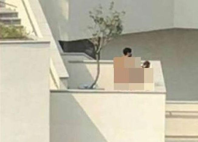 一對戴口罩男女去年在光天化日下上演活春宮,影片曝光後一度在臉書瘋傳。(取材自爆料公社)