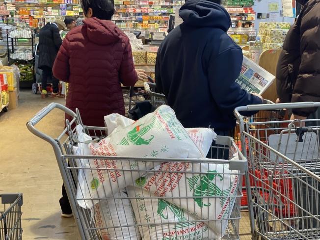 由於新冠肺炎疫情引起的恐慌,日前華社出現民眾大量購買大米現象。(記者牟蘭/攝影)