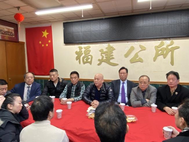 美國福建公所主席鄭德良(右四)籲大家不需搶購造成全社會的恐慌,否則更會加重外族裔對華裔的歧視。(記者金春香/攝影)