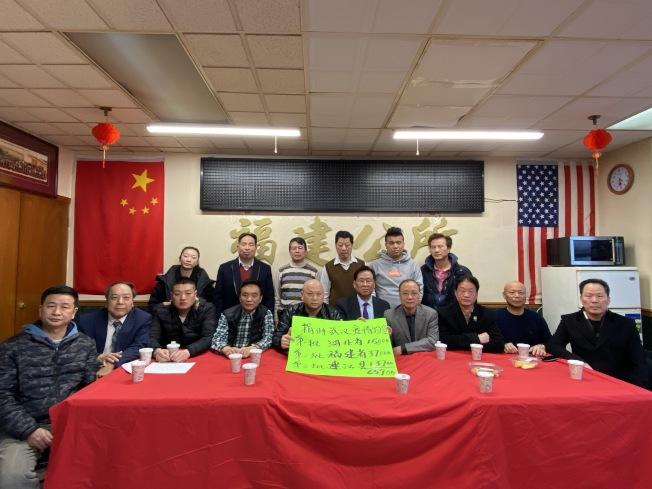 美國福建公所主席鄭德良(前排左五)籲大家不需搶購造成全社會的恐慌,否則更會加重外族裔對華裔的歧視。(記者金春香/攝影)