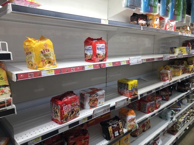 近日華人社區出現搶購物資現象,大米、方便麵等被一掃而空。(記者洪群超/攝影)