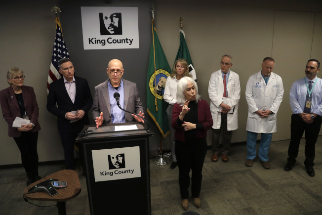 華盛頓州國王縣傳出首個美國本土新冠病毒死亡病例。圖為國王縣衛生官員談及西雅圖附近地區的公共衛生。(美聯社)