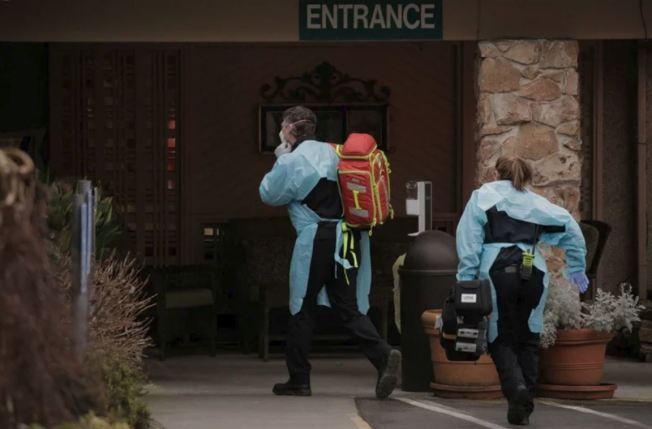 美國華盛頓州金恩郡(King County)出現第五例新冠肺炎確診病例死亡案例。圖為醫護人員準備運送華盛頓州柯克蘭生命護理中心內的病患。路透