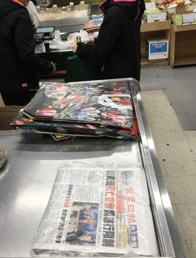 禁塑令3月1日起在紐約州生效,商家將不再提供一次性塑膠袋,為鼓勵民眾環保,不少超市將環保袋放在顯眼位置。(記者鄭怡嫣/攝影)