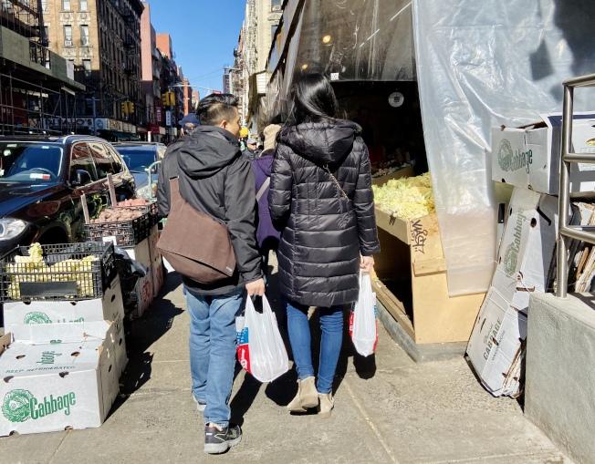 由於禁塑令的執法日期將延至4月1日,3月1日新令生效當日,很多曼哈頓華埠的民眾仍使用商家提供的一次性塑膠袋。(記者鄭怡嫣/攝影)