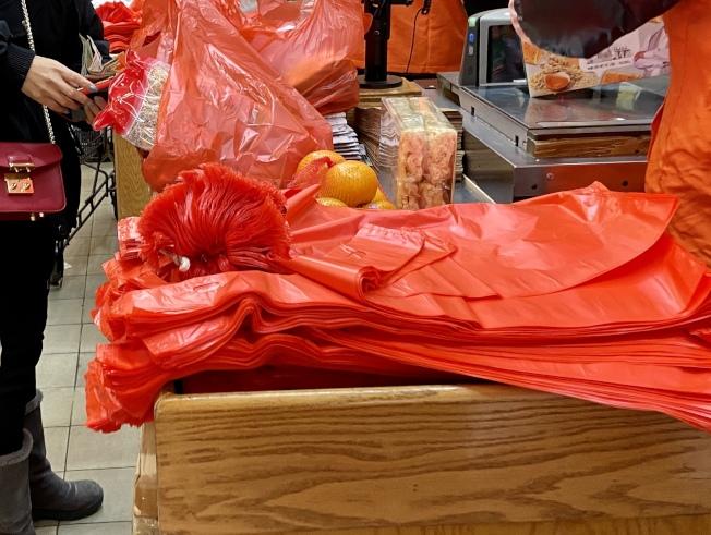 法拉盛的華人超市把庫存的塑膠袋免費提供給顧客。(記者朱蕾/攝影)