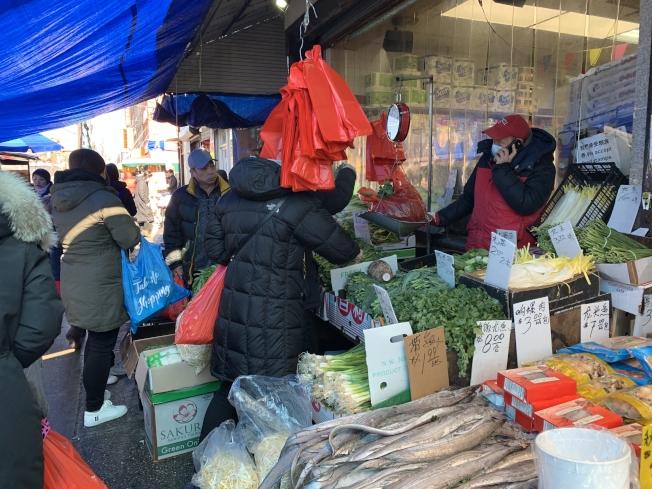 布碌崙8大道的商家仍和往常一樣使用塑料袋。(記者黃伊奕/攝影)