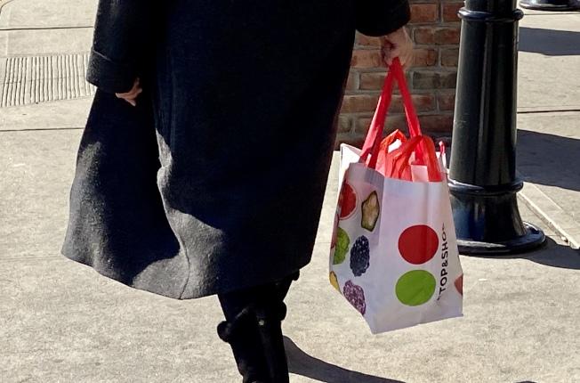 不少華人1日購物時已自備環保袋。(記者朱蕾/攝影)