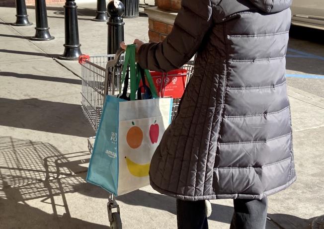 不少華人1日已自備環保袋到超市購物。(記者朱蕾/攝影)