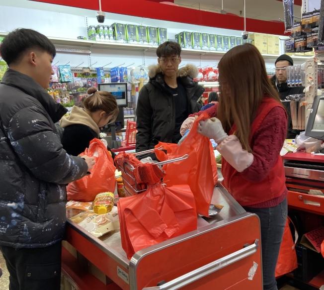 華埠各大超市仍向顧客提供一次性塑膠袋存貨。(記者鄭怡嫣/攝影)