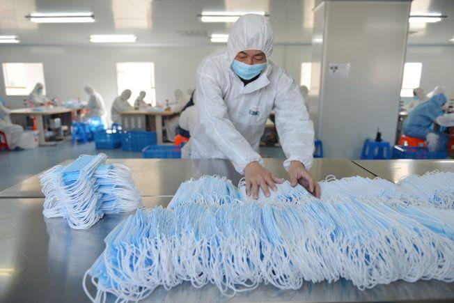 在江蘇的口罩生產廠都日夜加班趕製供不應求的口罩需要。(Getty Images)