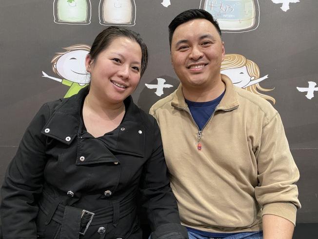 吳明海(右起)與詹小如在大學時認識,育有三個小孩。(記者李榮/攝影)