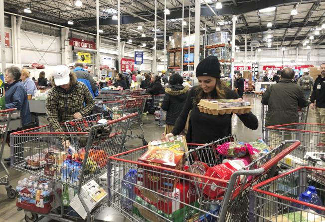 新冠肺炎在美國疫情蔓延,引發不少群眾的超市搶購物資行為。(美聯社)