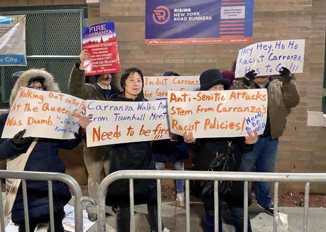 多名家長在校門口抗議卡蘭扎歧視亞裔,要求市長解雇卡蘭扎。(記者朱蕾/攝影)
