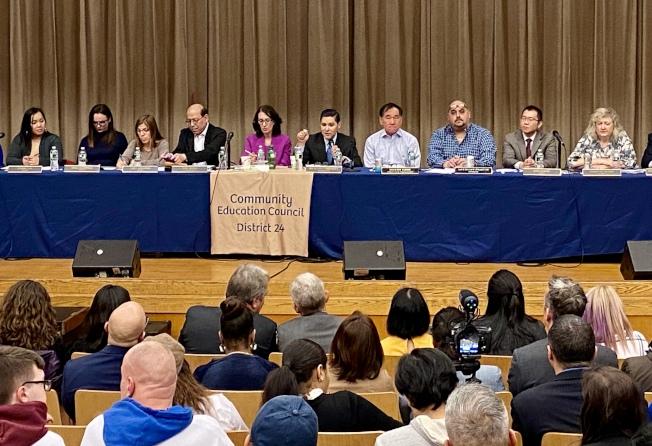 卡蘭扎(右五)出席學區會議,回答家長提問。(記者朱蕾/攝影)