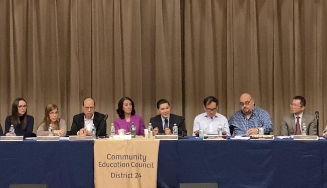 卡蘭扎(左五)出席學區會議,回答家長提問。(記者朱蕾/攝影)