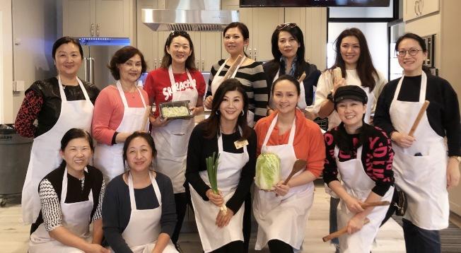 聖瑪利諾圖書館和華人協會日前舉辦慈善餃子派對,當天的籌款全數捐給圖書館。(華協提供)