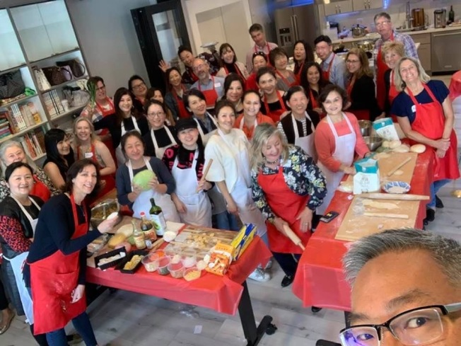 華洋居民聚在華協新廚房一同包餃子。(華協提供)