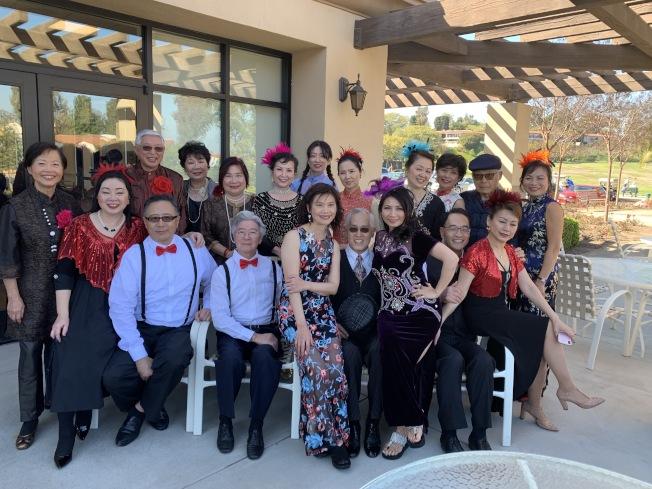 爾灣讀書會日前舉行2020年新春午餐會,推出沈秀梅自編自導的「徵婚啟事」喜劇,並邀請音樂人江文山演唱校園民歌。(本報記者╱攝影)