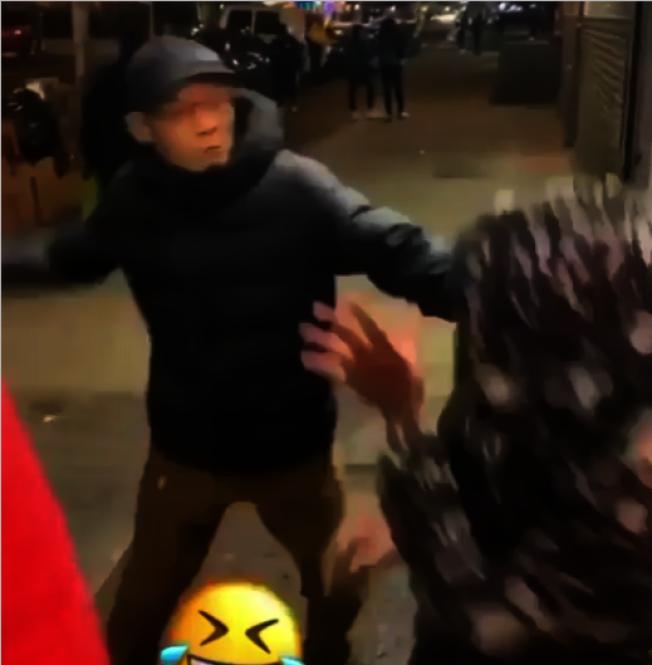 該名遭潑水的亞裔男子隨後追打潑水男子。(asianswithattitudes Instagram影片截圖)
