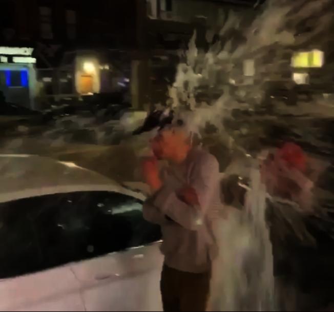 一名亞裔男子在街邊抽菸,遭到陌生男子潑水,上傳網友稱該起事件為「新冠肺炎造成的歧視」。(asianswithattitudes Instagram影片截圖)