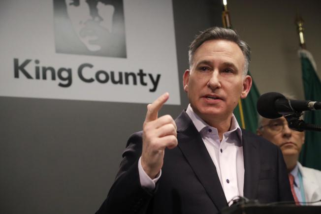 華盛頓西雅圖區的金恩郡郡長Dow Constantine在2 日表示全郡已進入緊急狀態,考慮撥款購置汽車旅館做為隔離病房,減少社區感染。(美聯社)