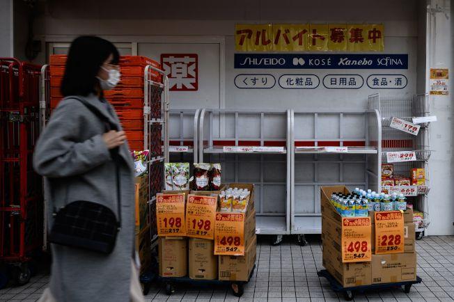 在日本,一家超市的貨架上,日用品被搶購一空。(Getty Images)