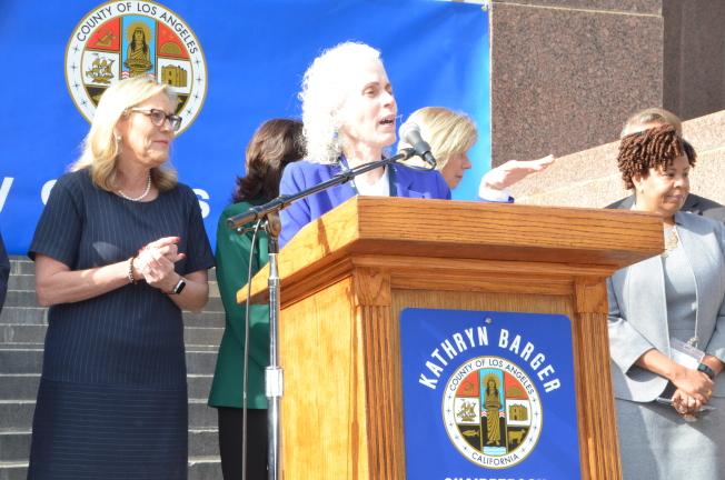 公共衛生局局長Barbara Ferrer宣佈洛縣新增六例新冠肺炎患者。(記者王全秀子/攝影)