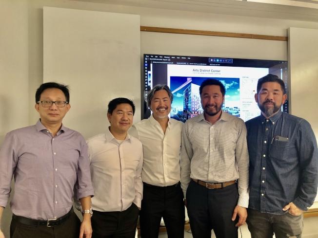 「藝術區中心」(Arts District Center)開發案五要員:右起南加大建築系教授黃樹飛(Alvin Huang)、AC Martin建築設計公司執行長謝志聰(Tom Hsieh)、開發商陳嘉汶(Kevin Chen)、RSE公司負責人黃天柱(Tin Chu Wong)、中建集團國際工程有限公司設計總監蘇仲珩(Richmond So)。(記者胡清揚/攝影)