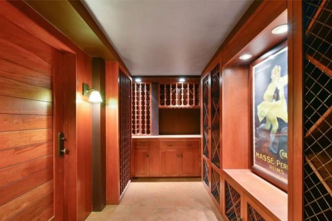 可收藏1000瓶酒的酒窖。。(Realtor.com)