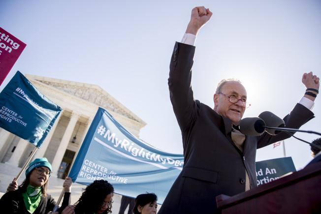 支持墮胎者在最高法院外示威,參院少數黨領袖舒默前往助陣,說要讓反對墮胎的大法官們「付出代價」。(美聯社)