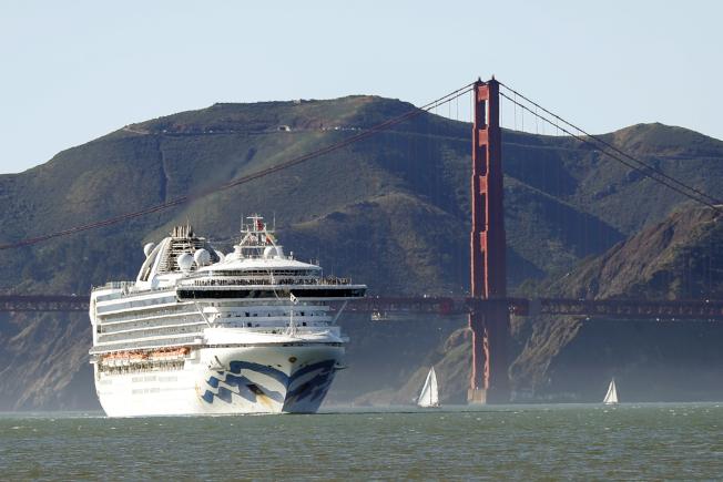 Grand Princess郵輪在2月11日通過舊金山金門大橋的檔案照。 (美聯社)