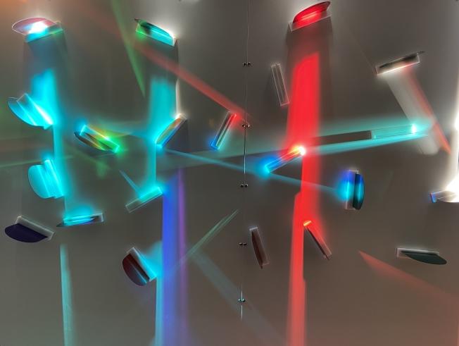 「白色光影大廳」探索光源為色彩帶來的變化。(記者鄭怡嫣/攝影)