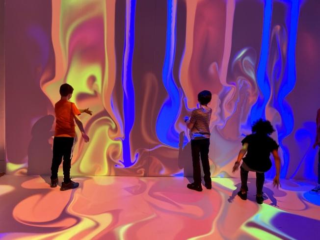 觀眾可在色彩感應牆中體驗光源對色彩的影響。(記者鄭怡嫣/攝影)
