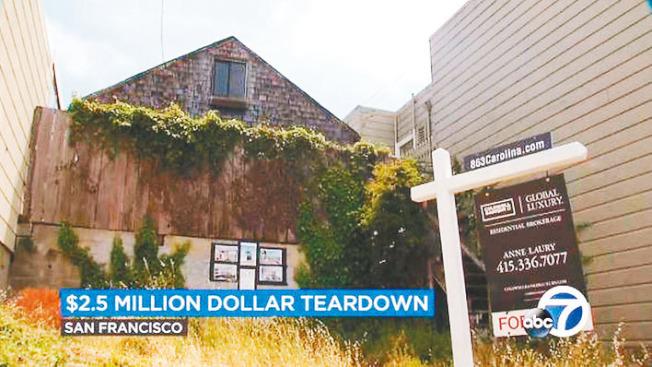 舊金山一棟640平方呎的破爛木屋(圖中三角屋頂,電視新聞截圖)出售,經紀找了設計師重新裝潢後,以197萬5000元售出。